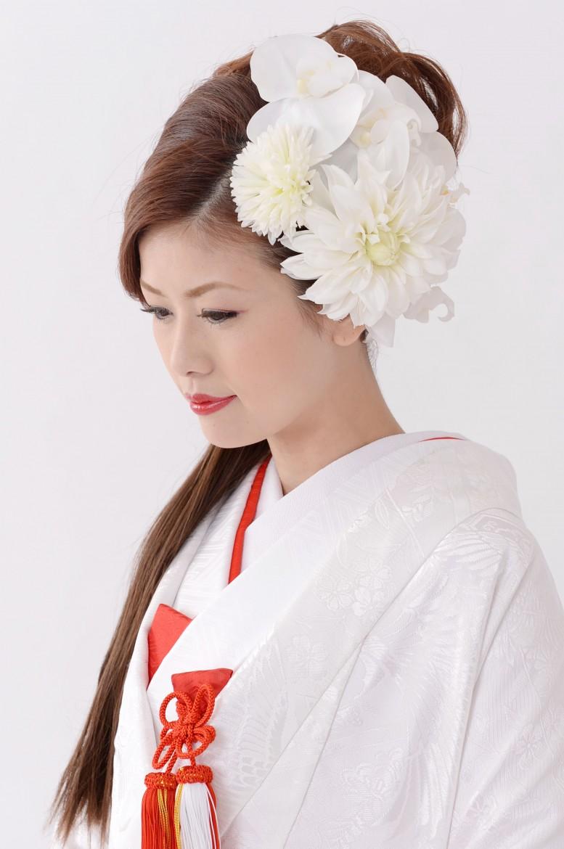 サイドはすっきりあげ白無垢にぴったりの白のお花でまとめます