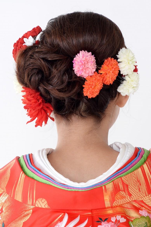 バックのまとめた髪はお花をイメージしています。