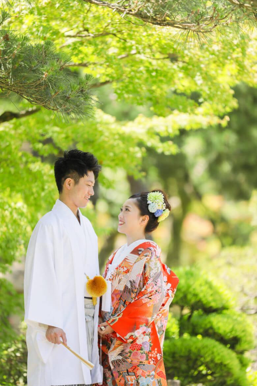 見つめ合う二人、優しい笑顔の花嫁様