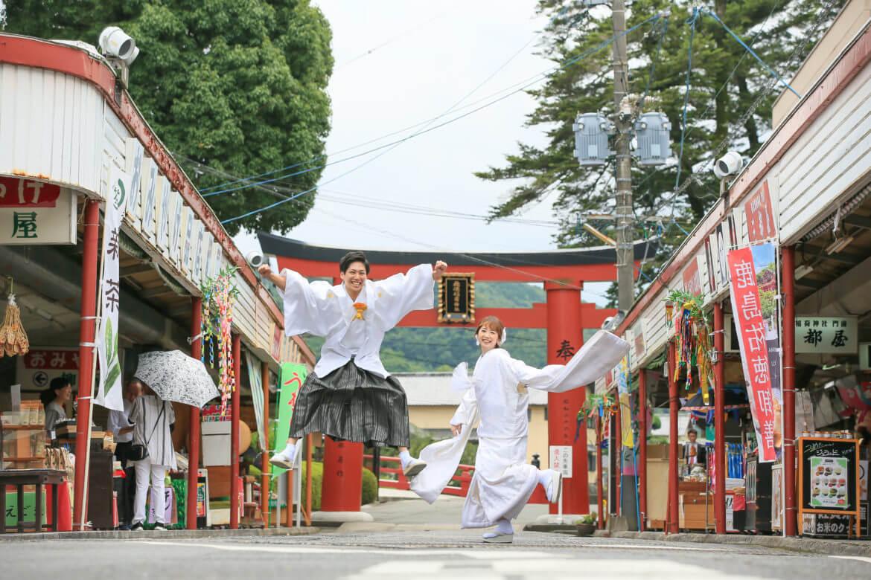 祐徳稲荷神社の参道でジャンプ!